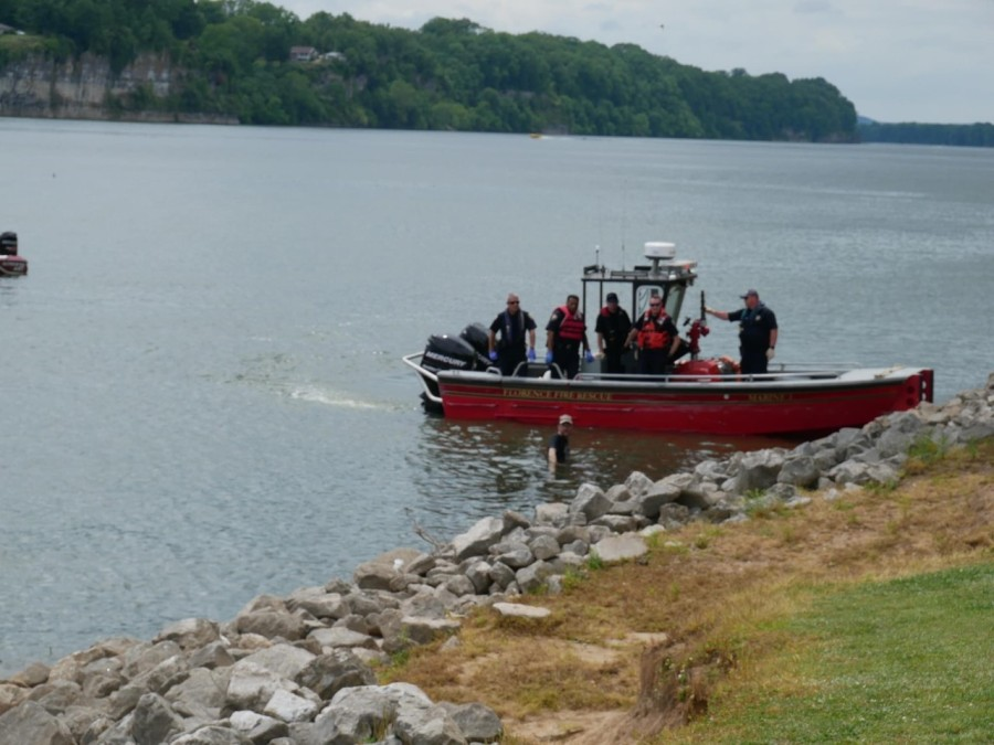 Florence Police: Man drives into Tennessee River, attempts to swim away from officers