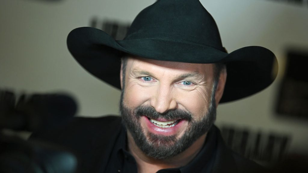 Garth Brooks says he's playing dive bars instead of stadiums because 'the dive bars are vaccinated'